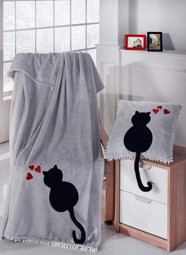 Komfort Home Welsoft Kedi Nakışlı Tv Battaniyesi ve Ponponlu Kırlent Renkli